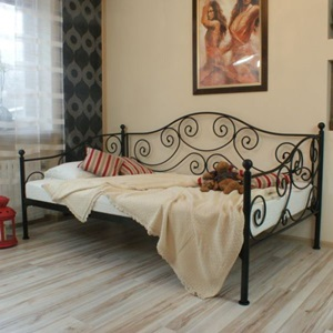 Кованая кровать с тремя спинками